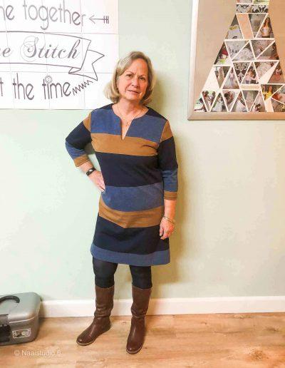 dame-in-streep-jurk-zelf-genaaid