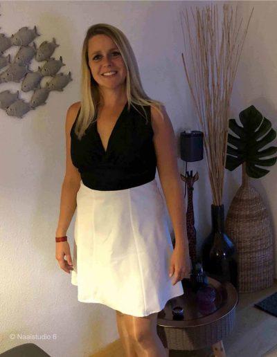 dame-in-zwart-witte-jurk-gemaakt-tijdens-de-naaicursus