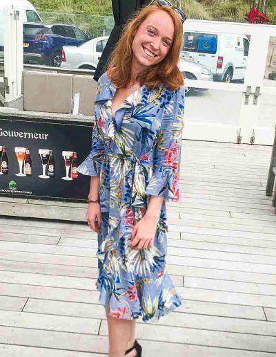 dame-met-zelf-gemaakte-wikkel-jurk-in-strand-tent