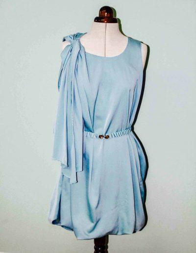 drape-drape-jurk-blauw-satijn-aan-paspop