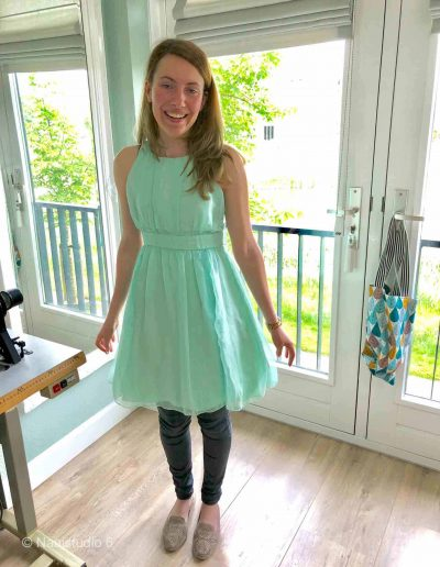 jong-dame-in-zijde-groenen-jurk-zelf-genaaid