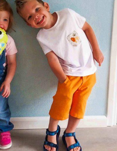 jonge-in-oranje-broek-zelf-genaaid