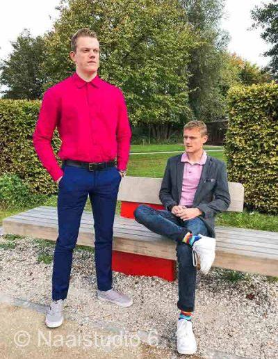 man-in-roze-blouse-zelf-genaaid-en-jong-man-in-colbert-jasje-zelf-genaaid