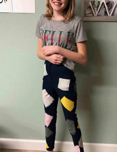 meisje-in-blauwe-broek-met-lapjes-gemaakt-tijdens-de-naailes