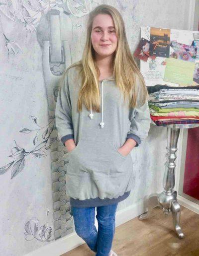 meisje-in-hoody-jurk-grijs-met-cappuchon-zelf-genaaid