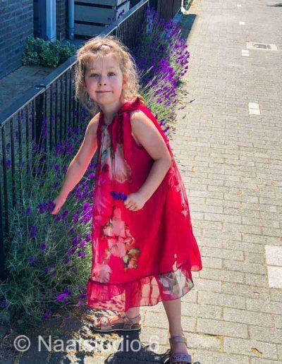 meisje-in-zijde-rode-jurk-plukt-lavendel