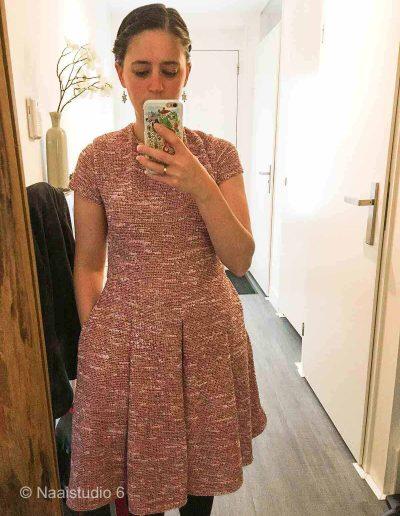 selfie-van-een-geweven-roze-jurk-die-gemaakt-is-tijdens-de-naaicursus