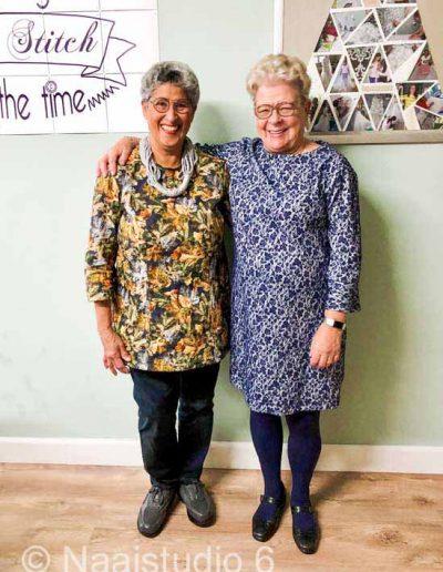 twee-dames-in-zelf-genaaide-kleding-bij-naaistudio6